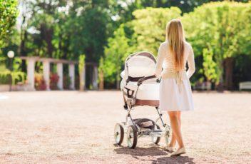 Как одевать новорожденного на прогулку летом?